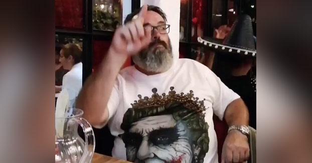 A este hombre le gusta pedir la cuenta dibujando una polla en el aire
