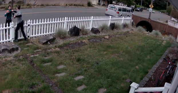 Pilla a un joven intentando robarle la bicicleta que tenía en el jardín de su casa