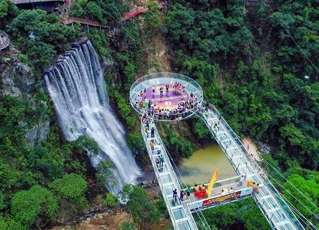 Yun Tian Bo Ba: La nueva atracción de China es una plataforma de vidrio situada a 200 metros de altura