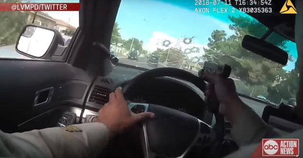 Persecución a un sospechoso de asesinato. El policía acaba disparando a través de la luna del coche