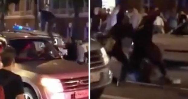 Varios policías le dan una paliza a un aficionado ruso que se subió a un furgón durante la celebración de la victoria ante España