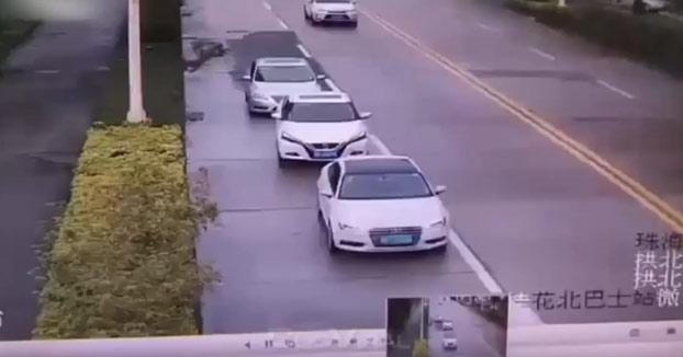Vas conduciendo tranquilamente tu Audi, cuando de repente...