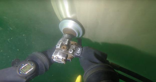 Puliendo la hélice de un petrolero para reducir el consumo de combustible