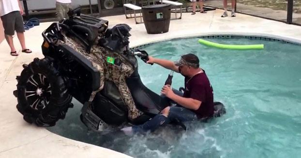 Cuando te aburres y decides darte un baño en la piscina con el quad