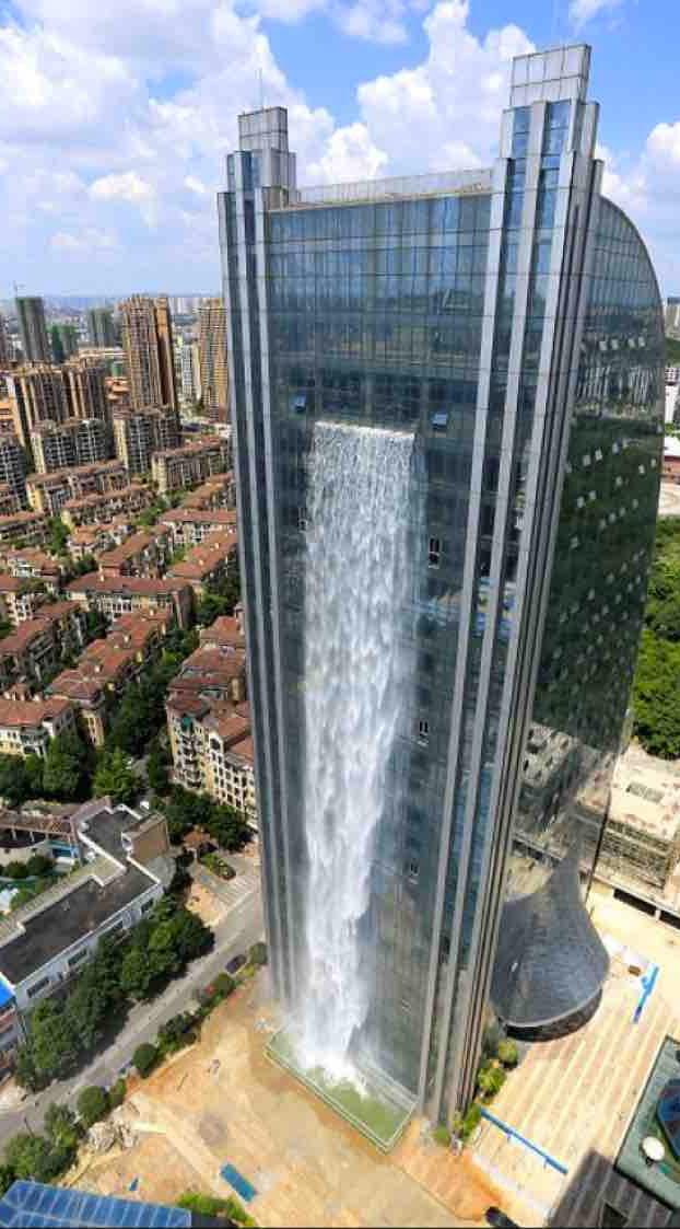 Este rascacielos en China tiene una cascada de 108 metros de altura