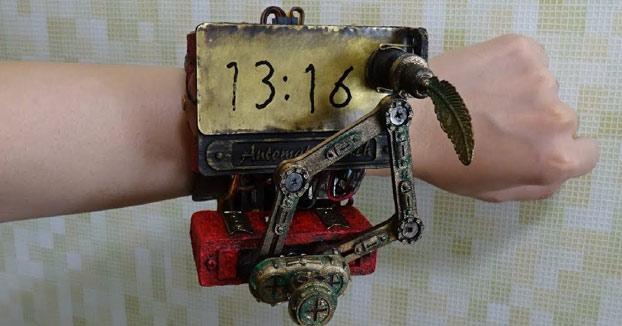 Un reloj de pulsera estilo steampunk que escribe la hora
