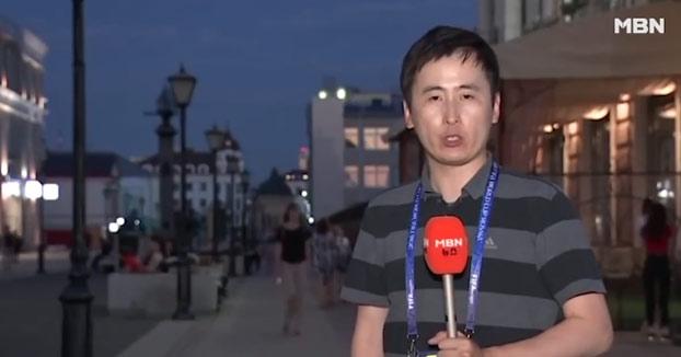 Reportero coreano es besado por chicas rusas durante una conexión en directo desde el Mundial