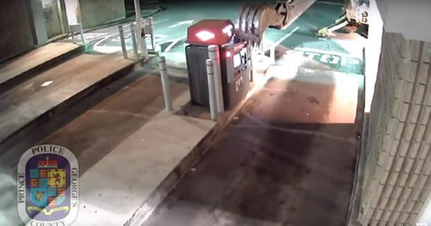 Roba una excavadora y la usa para tratar de sacar dinero de un cajero automático