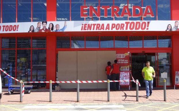 Revientan la puerta de Media Markt en Valladolid y se llevan todo tipo de móviles y cámaras