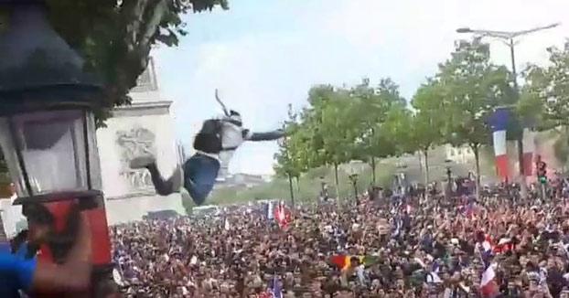 Un aficionado francés salta desde un árbol a la multitud y nadie lo agarra