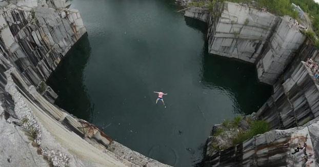 Salta al agua desde lo más alto de la cantera y le revienta la pierna