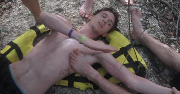 Se disloca el hombro y le explica a uno de sus amigos cómo recolocárselo
