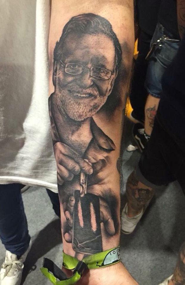 Un asturiano se tatúa en el antebrazo la cara de Mariano Rajoy: ''Es un ídolo de masas''