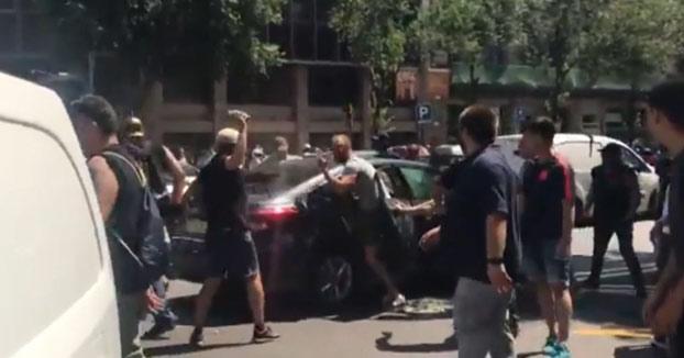 Grupo de taxistas de Barcelona ataca a un coche de Cabify en el que viajaba una familia con una niña pequeña