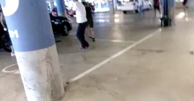 Taxistas vuelcan un coche de Cabify en el aparcamiento del aeropuerto de Barcelona