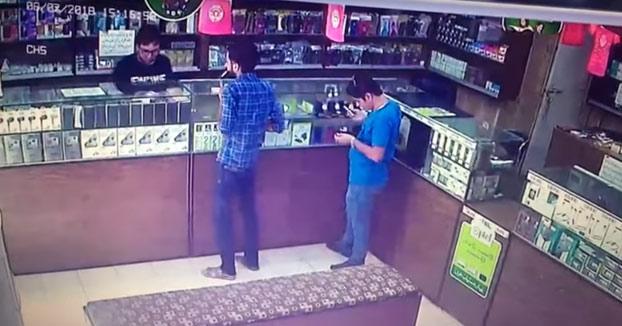 Un cliente se enciende un cigarro dentro de la tienda y todo empieza a arder debido a un escape de gas