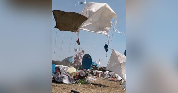 Se forma un tornado en el festival y se lleva todas las tiendas de campaña volando por los aires