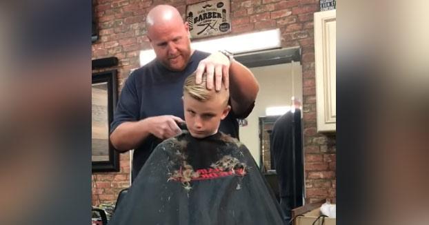 La venganza del peluquero: Le hace creer al chaval que le ha cortado una oreja