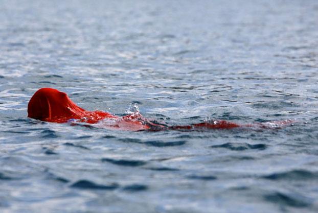 Yane Petkov, 64 años: Récord del mundo nadando dentro de un saco atado de pies y manos