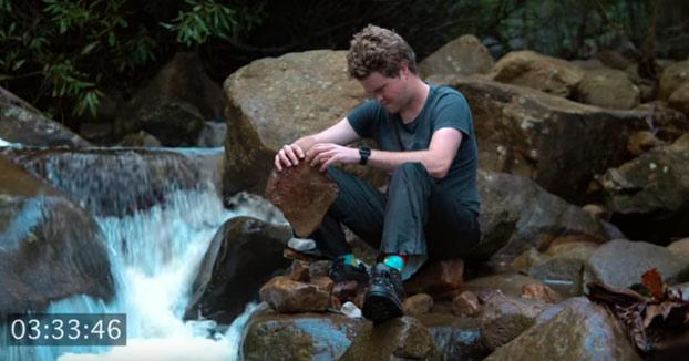 Decidió aprender a equilibrar piedras y documentó su progreso en este vídeo