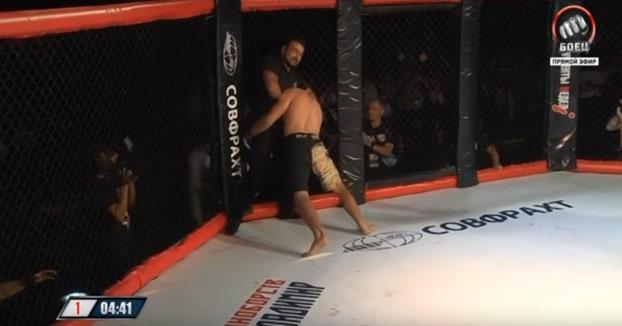 Un árbitro de MMA estrangula a un luchador que le confundió con su rival