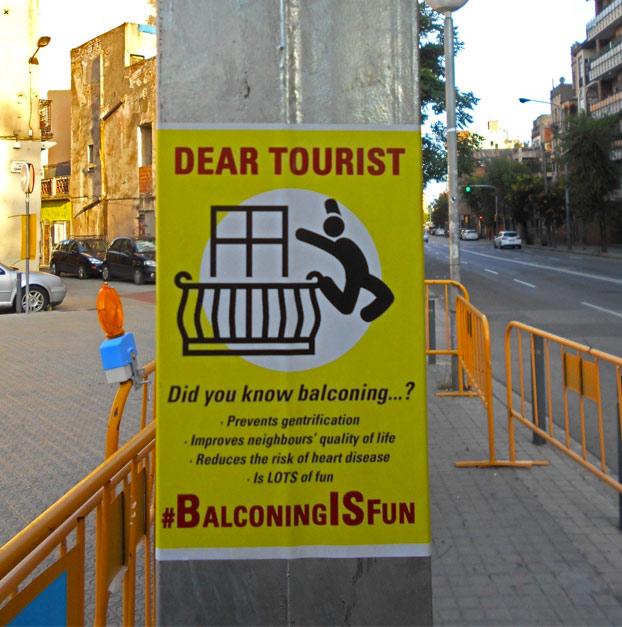 Aparecen carteles y pintadas en Barcelona animando a los turistas a practicar 'balconing'