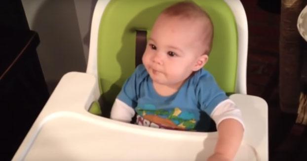 Bebé comiendo chocolate por primera vez