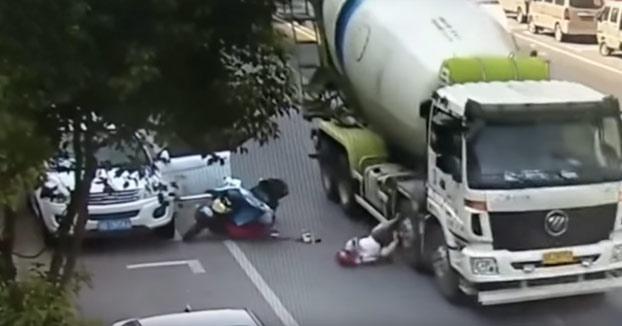 Un camión hormigonera pasa por encima de la cabeza de una motorista y sobrevive gracias al casco