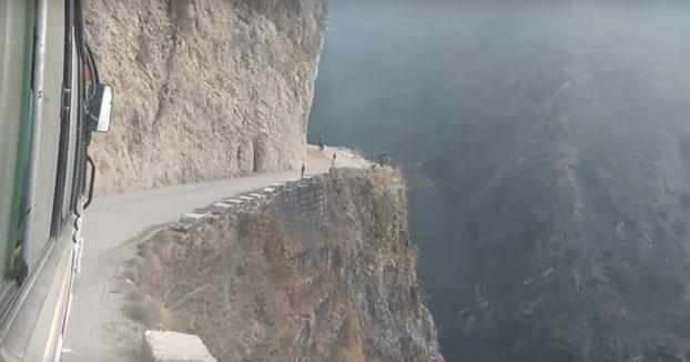 Imposible ir relajado por esta carretera. Se encuentra en Arghakhanchi, Nepal