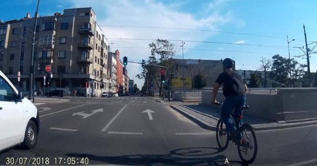 El ciclista no ve el tranvía y este se lo acaba llevando por delante