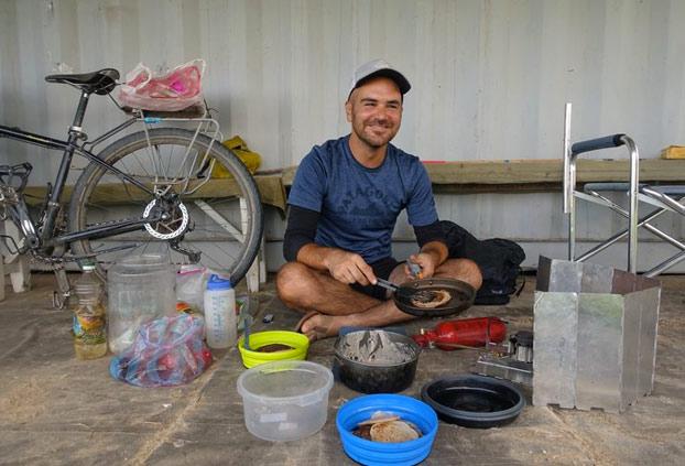 Pareja de ciclistas millennials se acercan al territorio de ISIS para demostrar que 'los humanos son amables' y mueren apuñalados