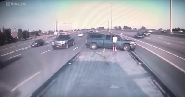 Un coche embiste a toda velocidad a una furgoneta averiada en mitad de la carretera