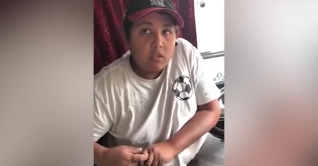 Un conductor de autobús con cara de niño desconcierta a una pasajera en Rusia