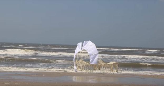 Uminami, la nueva escultura de Theo Jansen propulsada por el viento