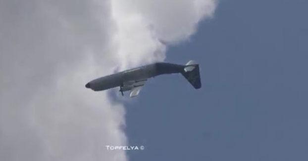 Un avión Hercules C-130J haciendo un loop completo