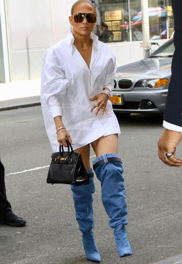 El extraño caso de las botas de Jennifer López que parece que lleva los pantalones bajados
