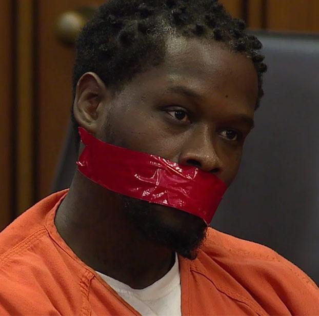 Un juez pide amordazar al acusado porque no se calla en ningún momento del juicio