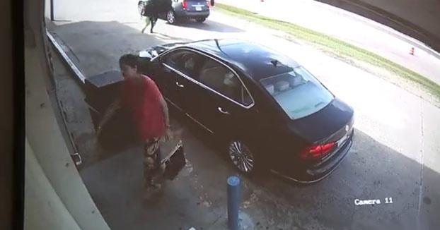 Pelea con dos ladrones que intentan robar un bolso con 75.000 dólares en efectivo