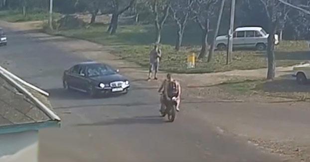 Salen volando de la moto tras chocar frontalmente contra un coche