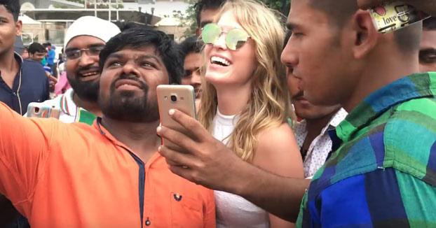 Esta mujer no es famosa y no puede andar tranquila por la India porque todos los hombres quieren una foto con ella