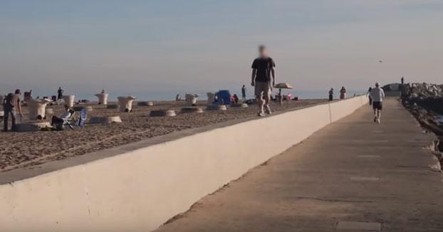 Seguro que no volverá a ir caminando por el muro de la playa