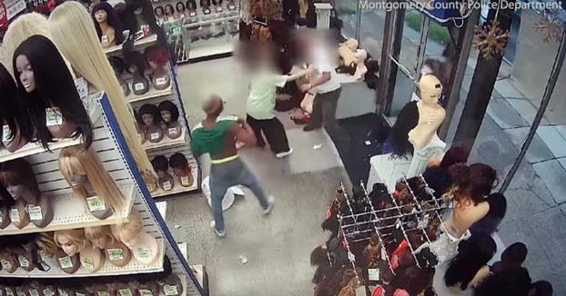 Pelea entre un hombre y empleados de una tienda de pelucas al intentar robar en el local