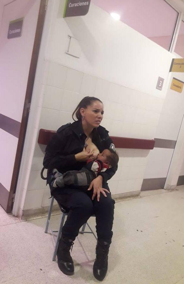 Una policía amamanta a un bebé que lloraba desconsolado de hambre