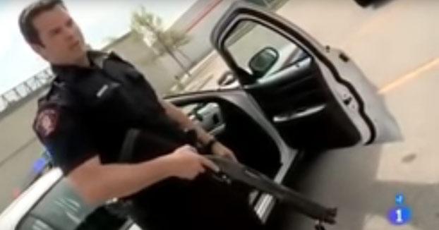 Este policía de Canadá muestra su arsenal al equipo de 'Españoles por el Mundo'