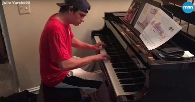 Piden una pizza y cuando llega el repartidor les pide tocar el piano de su salón