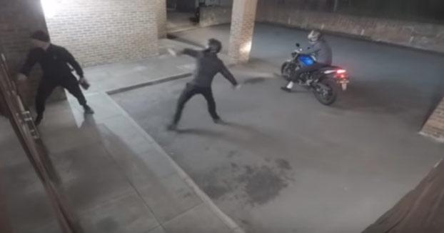 Tres ladrones intentan robar en un local a ladrillazos cuando ocurre lo siguiente...