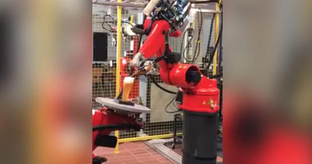 Un ingeniero alemán inventa un robot que abre y sirve la cerveza de la forma más elegante posible