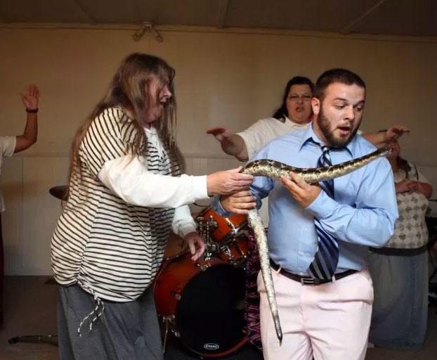 Un pastor de la 'Iglesia de la serpiente' recibe una mordedura mortal en pleno sermón