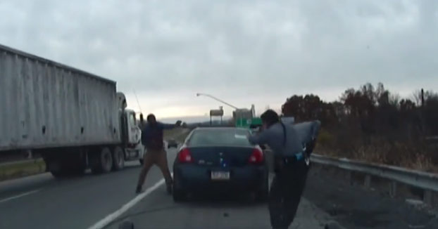 Una parada de tráfico rutinaria acaba en un tiroteo entre dos policías y el sospechoso