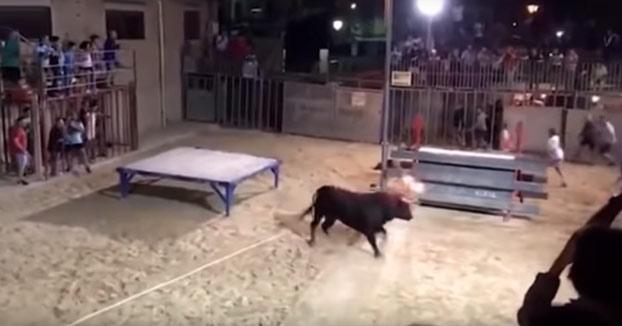 Una mujer es embestida durante el toro embolado de Sumacàrcer, Valencia